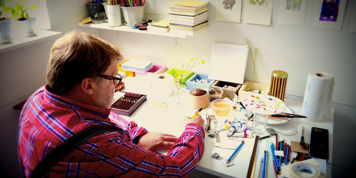 Billedkunstner Trond Einar Solberg Indsetviken (56) har bygd verksted i det gamle sauefjøset på småbruket.