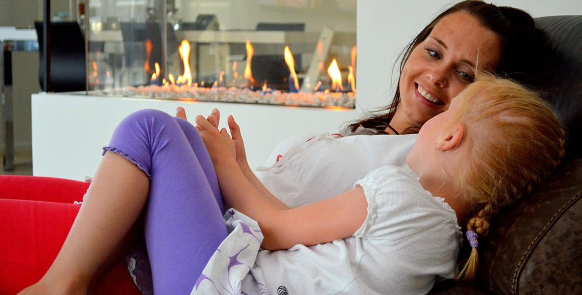 Camilla Thronæs (36) nyter livet sammen med datteren Karoline (6) i sin nye stue i sitt eget hus.