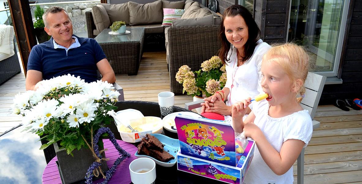 I dag kom isbilen på besøk i boliggata til Karoline (6) Torgrim og Camilla Thronæs.