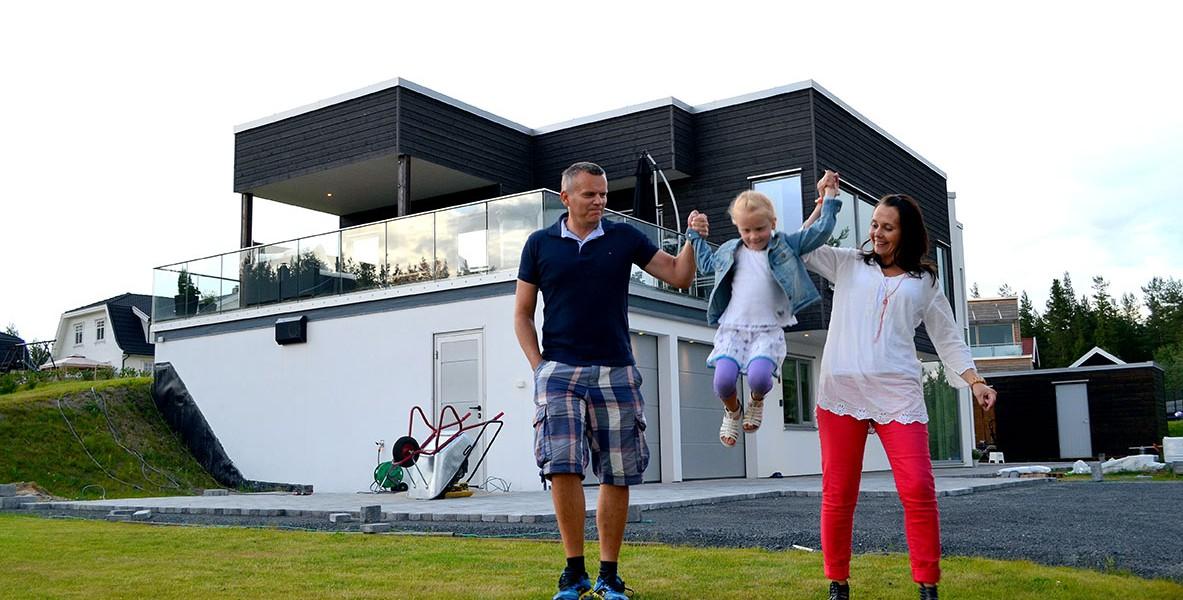 Torgrim (44) og Camilla (36) Thronæs har aldri angret på valget om å flytte ut av Oslo og hjematt til Elverum. Datteren Karoline (6) stortrives også i sitt nye hus og sin nye hjemby.