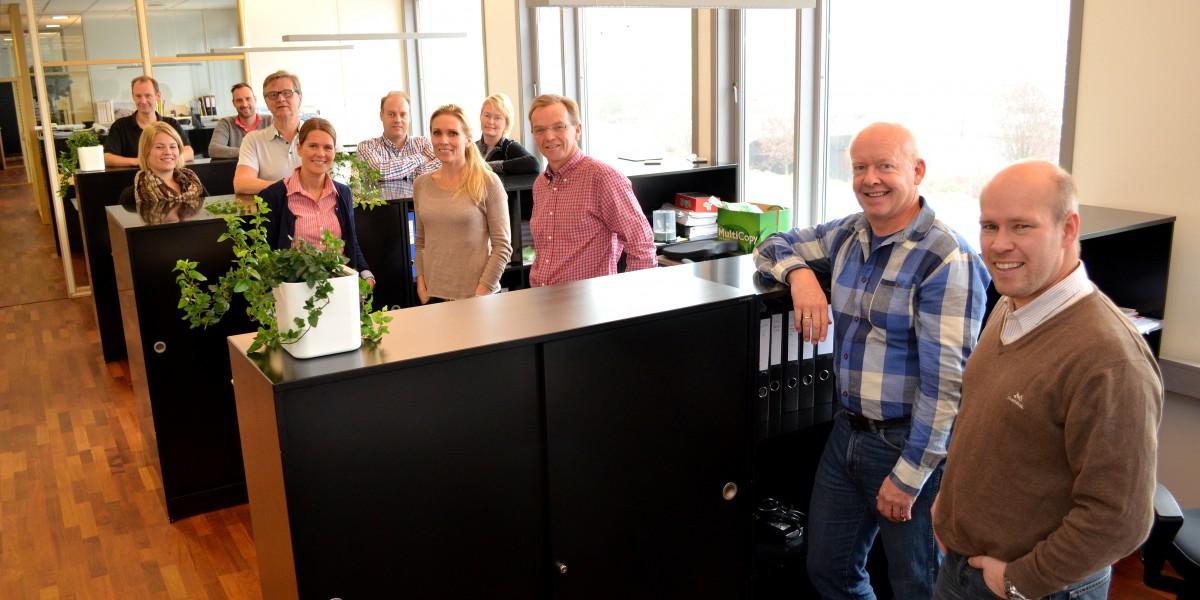 Her ser du noen av arkitektene og ingeniørene som arbeider i lyse og velutstyrte kontorlokaler hos Sjåtil & Fornæss sitt hovedkontor i Elverum.
