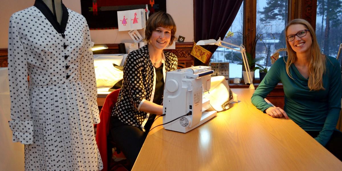 Marie B. Låte (t.v.) har skapt sin egen arbeidsplass innen søm og tekstil. Nå gleder hun seg til å skape seg et nettverk med andre nyetablerere. Her er hun sammen med næringsrådgiver i Elverum kommune, Anne Vigdis Ellingsen.