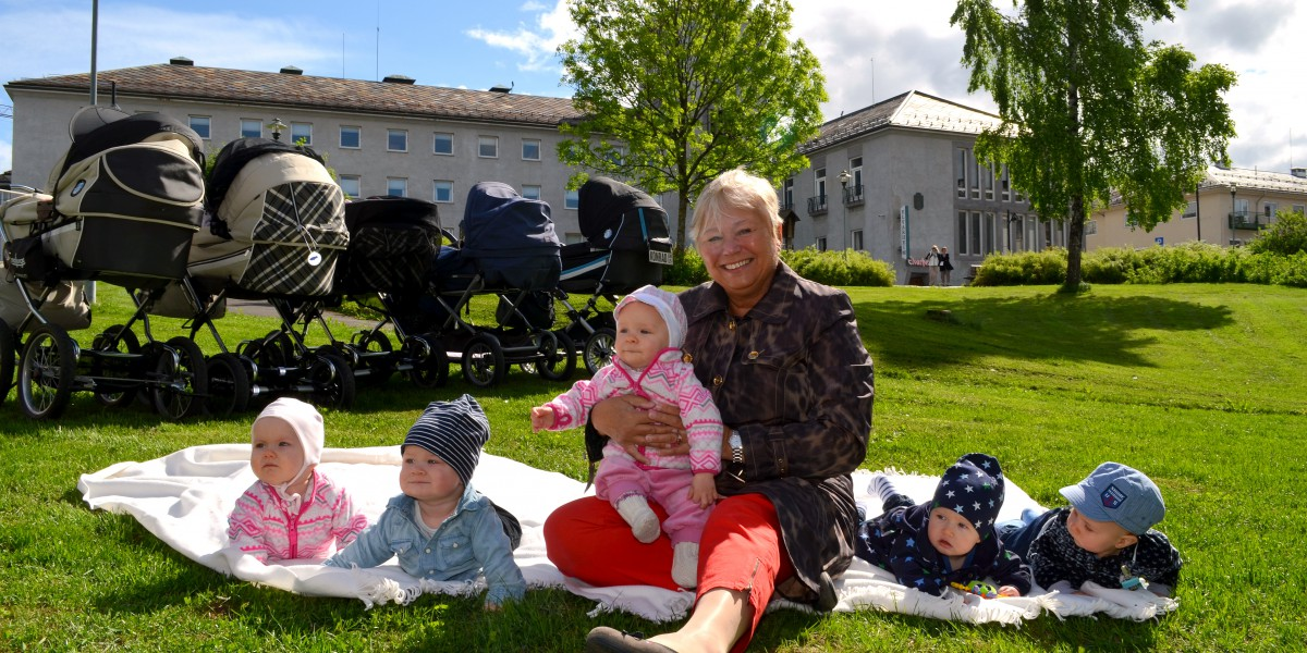 Rådmann i Elverum kommune, Irene Evenstad Midtlund, tar godt imot nye elverumsinger.
