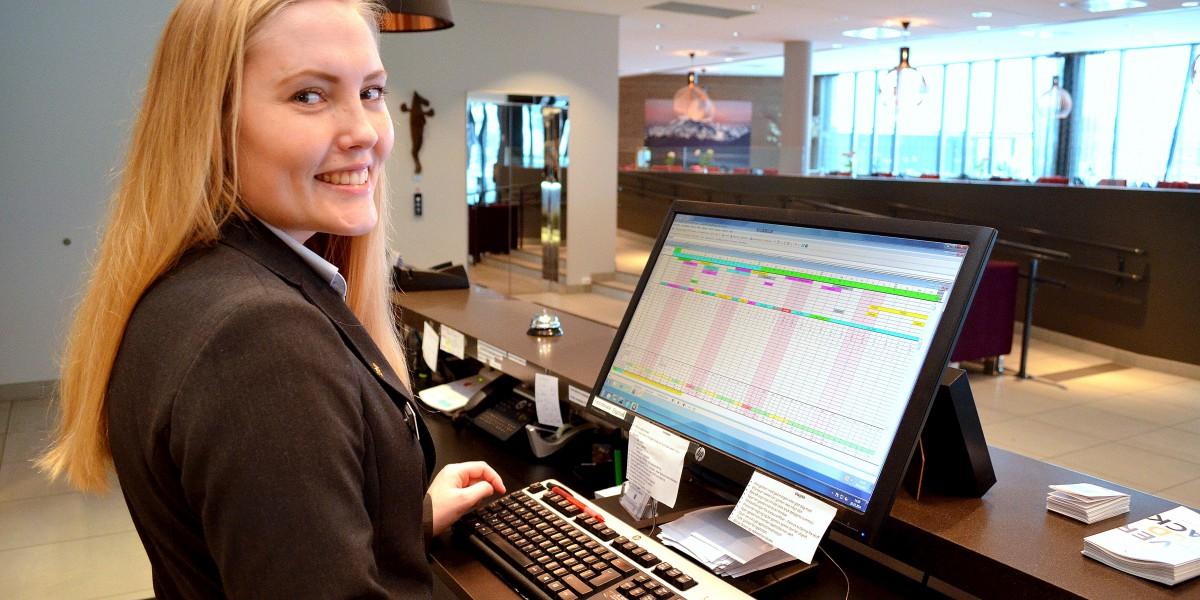 Silje Børresen (23) trives godt i sin jobb i resepsjonen på Rica Elgstua Hotel i Elverum.