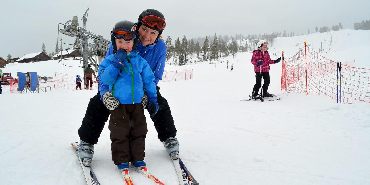 Hege Kjørstad og sønnen Thomas (3) stortrives på vinterferie i Furutangen.