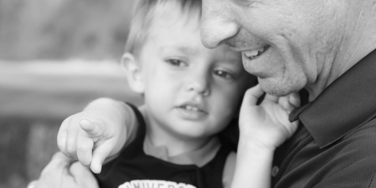 Mange barn savner en trygg bestefar å sitte på fanget til. Har du et ledig fang? Meld deg som reservebesteforelder i dag!