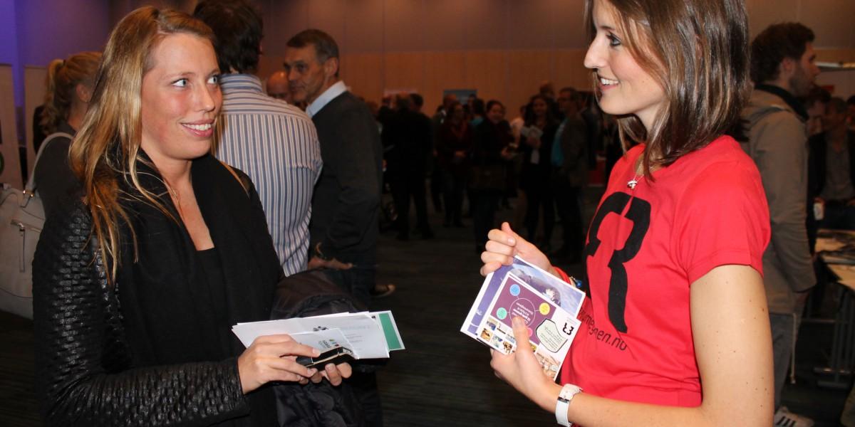 Trine Gjerstad, til venstre, i samtale om å flytte hjem til Åmot med prosjektleder Hanne Medlien.