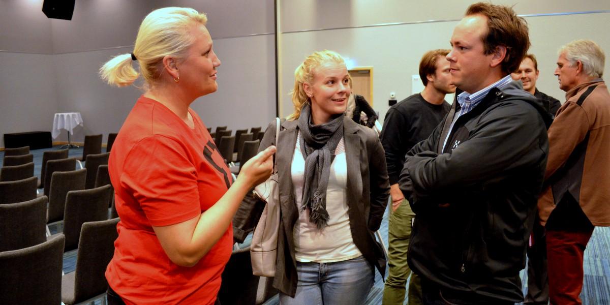 Kultursjef i Elverum, Line M. Rustad, forteller Anette og Truls Holten Næsje om hvorfor de bør flytte til regionen.