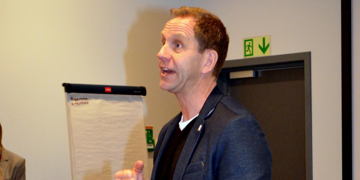 Daglig leder i Elverum håndball, Jostein Borkhus, ønsker velkommen til håndballkamp.
