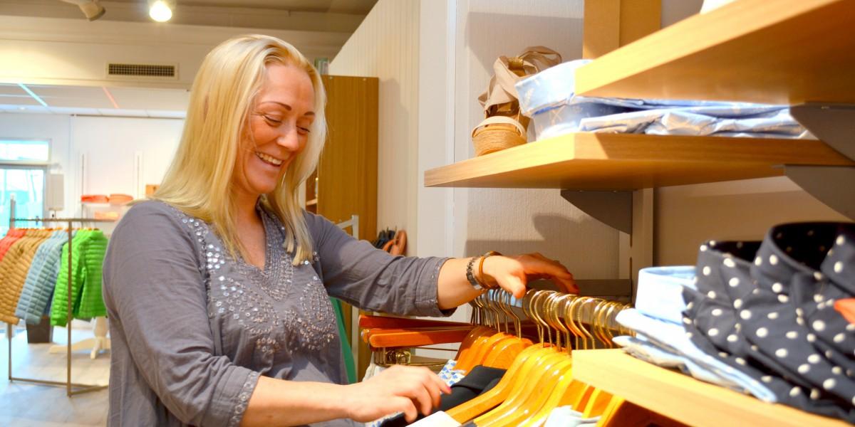 Anne Finstad håper både herrer og damer finner noen de liker i butikken Wood.