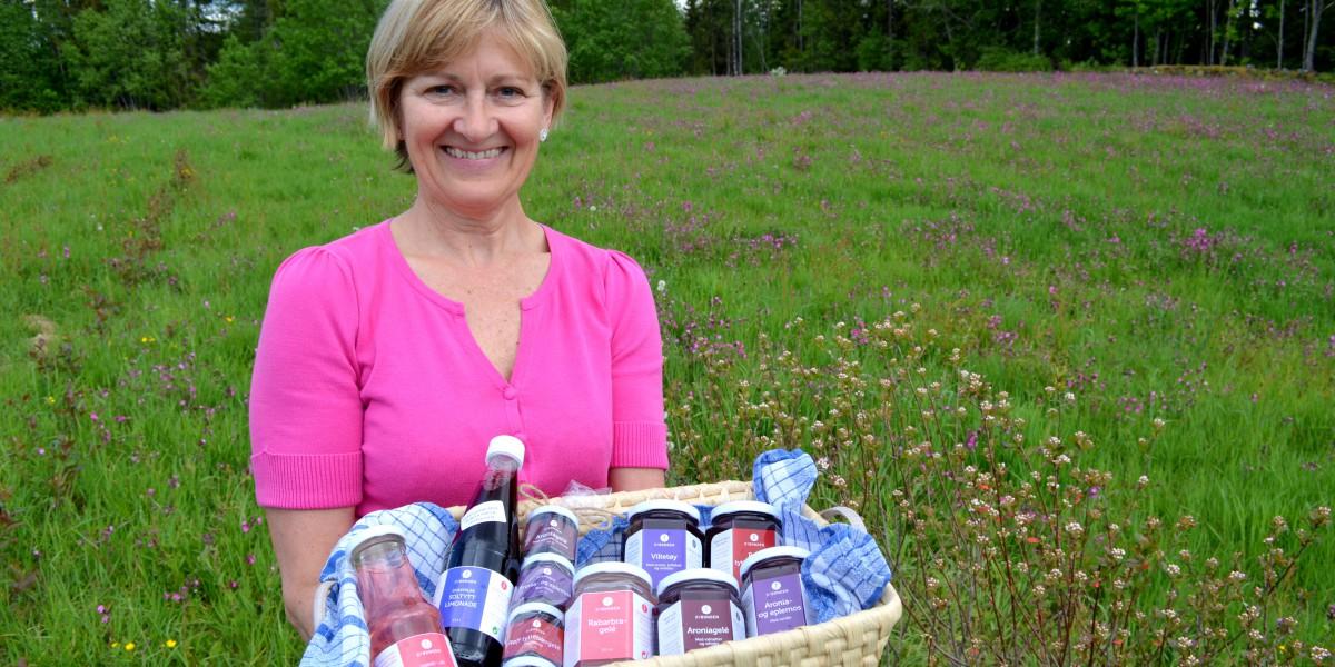 Kirsten Gracey viser fram produktene sine. Her er hun i åkeren, hjemme på småbruket i Hernes.