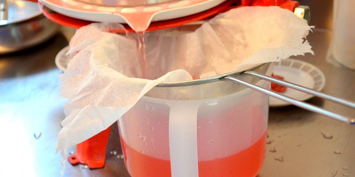 Safen som kommer ut når Kirsten Gracey presser rabarbra er nydelig rosa.