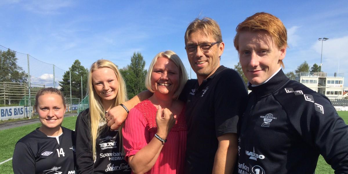 Kultursjef Line M. Rustad og leder Per Steinar Krogseter sammen med spillere som alle har på seg armbånde med #hjerterom.
