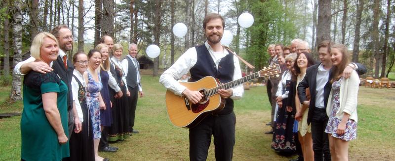Erik Lukashaugen er visesangeren fra Elverum som sa opp fast jobb i Oslo og flyttet hjem med familien. Nå satser han alt på artistkarrieren.