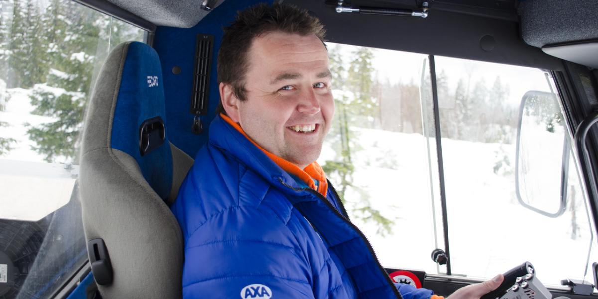 Løype!: Knut Løvlien tilbringer jobbdagen inni løypemaskinen, og er på hils med alle som passerer ham mens han kjører skiløyper til den store gullmedalje. Foto: Karoline Almås Sørensen