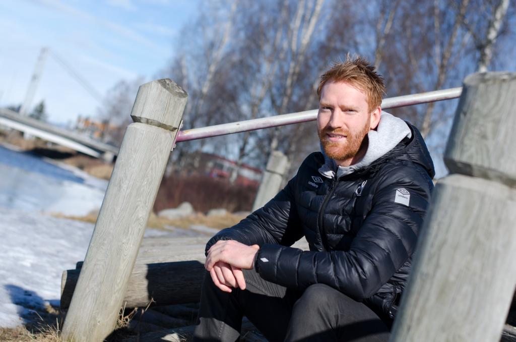 Fiskelykke: Ennå er det litt kaldt i været til å kaste fiskesnøret i elva – om man ikke isfisker da. Erik Toft drar rugg etter rugg både fra elva og på fotballbanen.