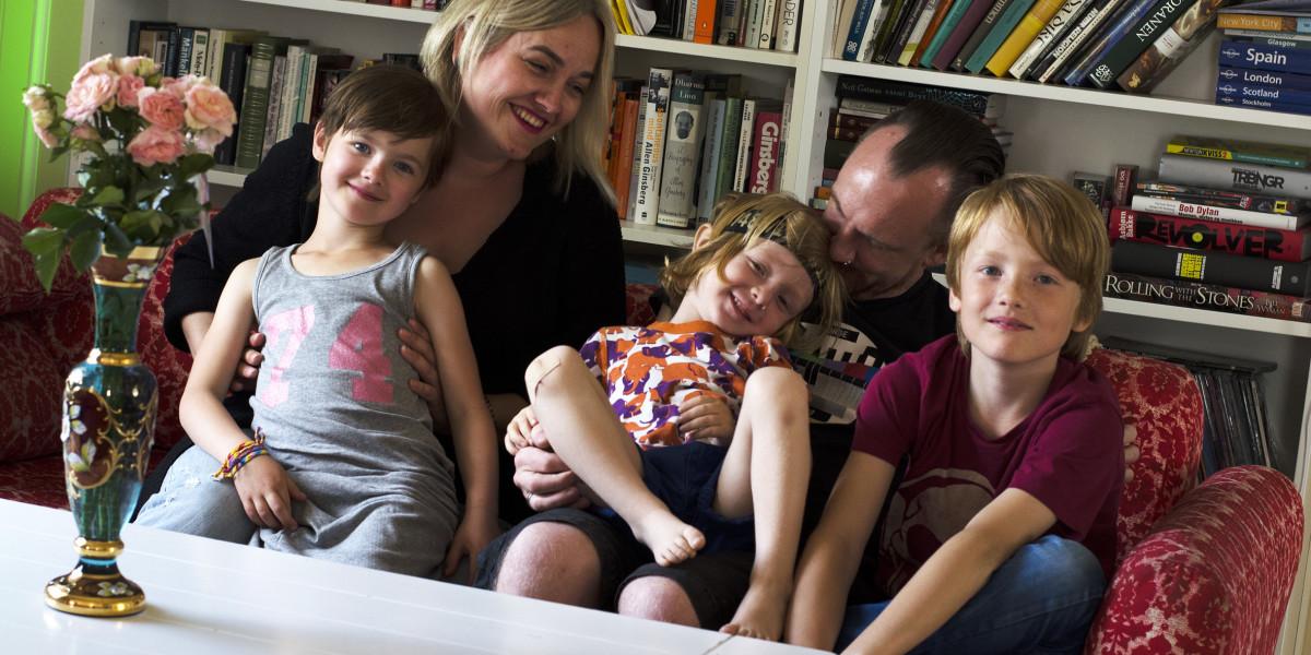 Sofakrok: Lykken er å bo på Sagtjernet, midt mellom byliv og naturliv, synes Ida Kristin Hansen og Thorleif Silkebækken med barna Lilli Ovidie, Aksel og Isak Silkebækken.