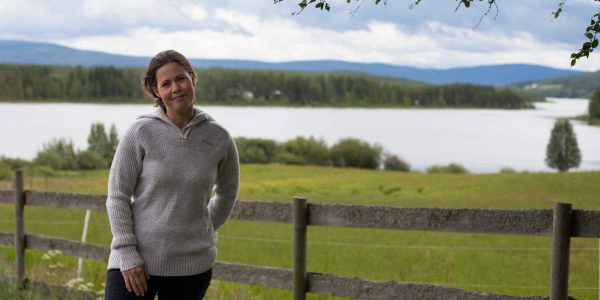 Julie dahl trives veldig godt ved Osensjøen i Åmot.