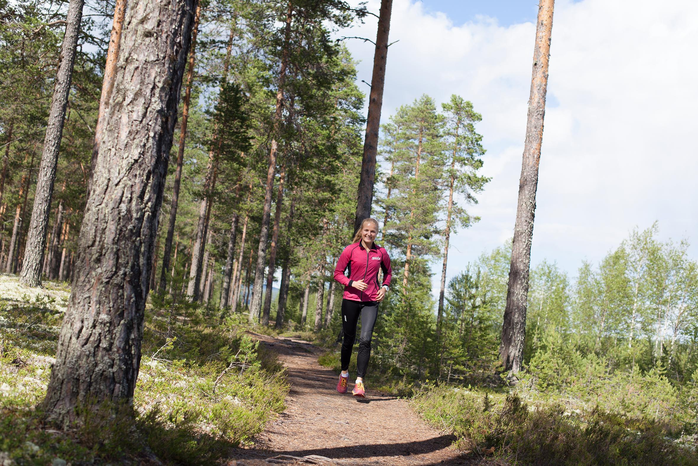 LØYPE: Franziska Skogsholm trener ofte med utgangspunkt i Rena leir, og løper gjerne 15-kilometersløypen som fører henne til Pilegrimsleden. (Foto: Karoline Almås Sørensen)