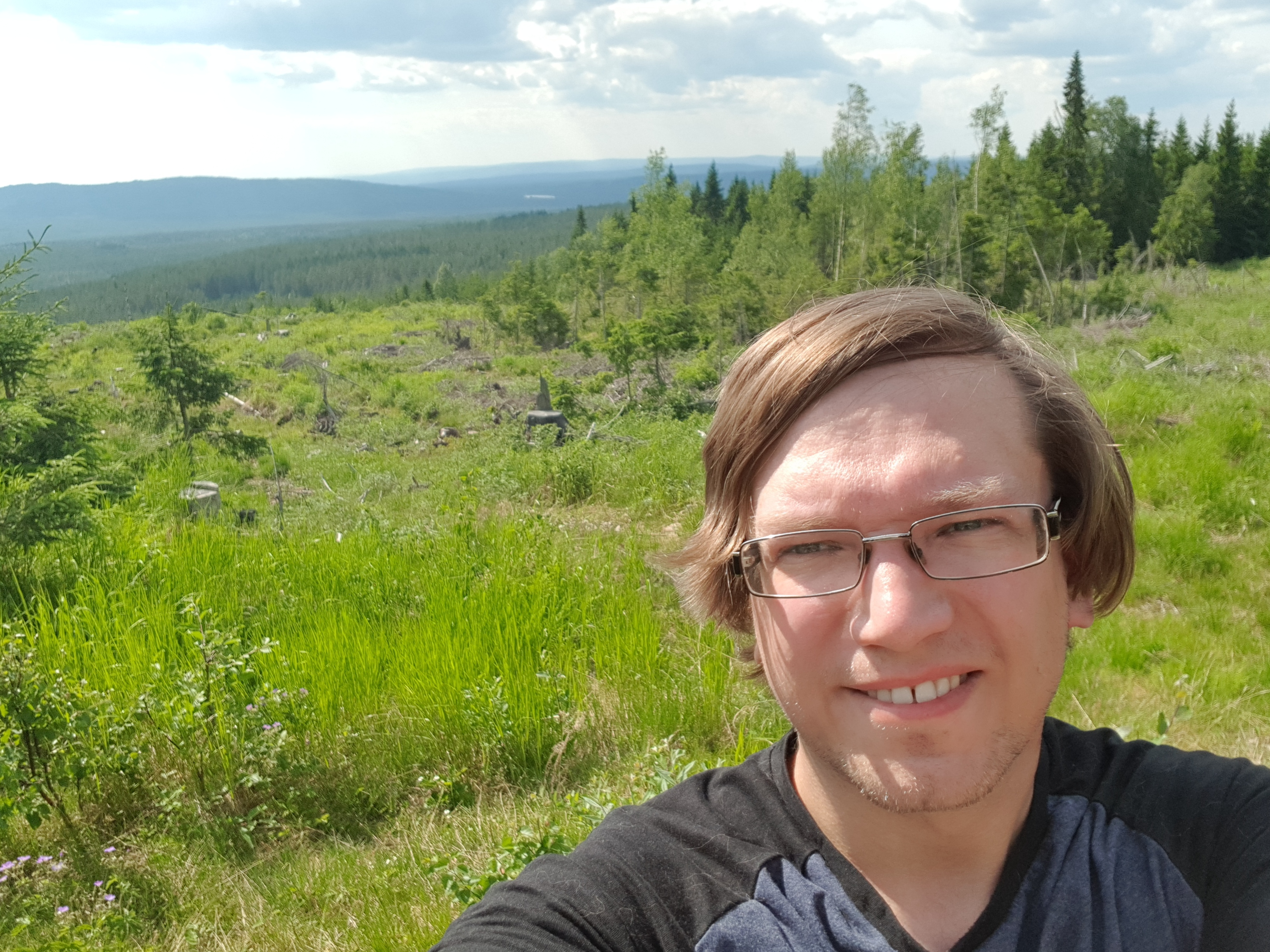PÅ TOPP: Finnes det bedre sted å ta inn Sørskogbygda enn fra toppene? Ikke for Leif Tore Surén som gjerne nyter verden fra høyden. (Foto: Privat)